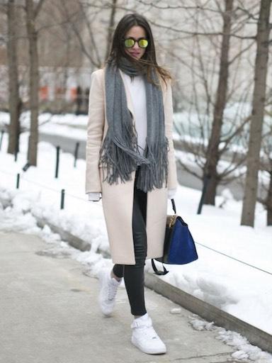 пальто и высокие кроссовки